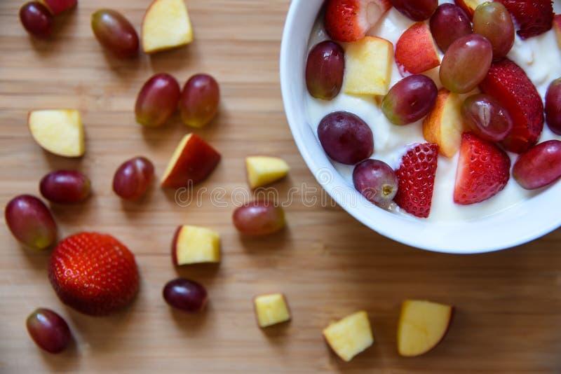 Muesli met verse vruchten en yoghurt royalty-vrije stock afbeeldingen