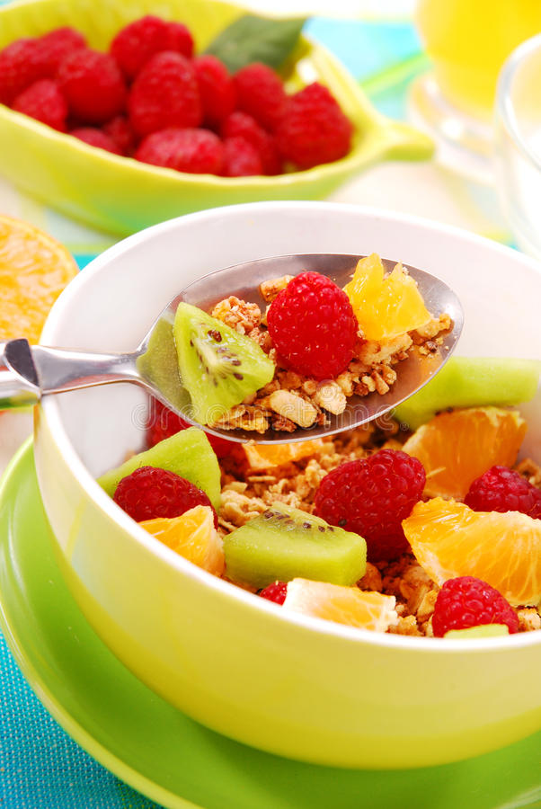 Muesli mit frischen Früchten als Diätnahrung stockfotos