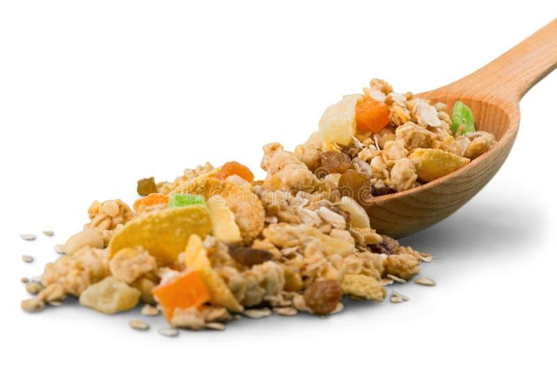 Muesli mit Trockenfrüchten auf hölzernem Löffel Getrennt stockfoto