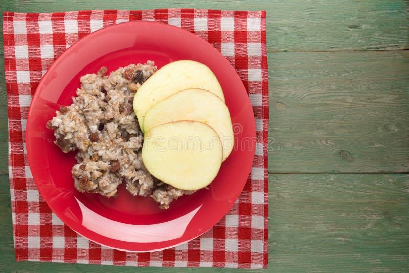 Muesli på en röd platta på en grön träbakgrund muesli på en platta översta vy hälsosam frukost och vegetariska livsmedel fotografering för bildbyråer