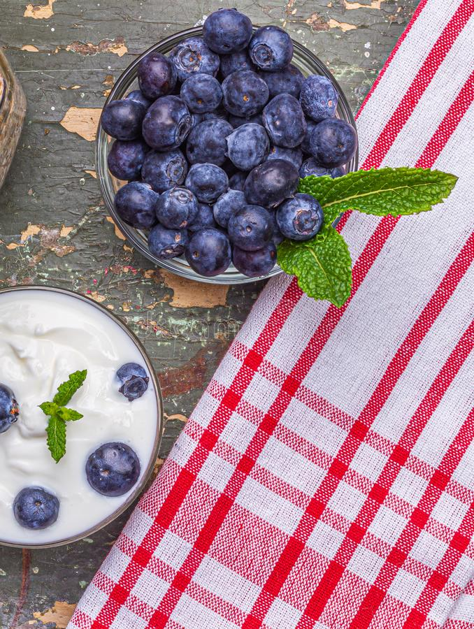 Muesli para las bayas frescas del desayuno con el yogur fotos de archivo libres de regalías