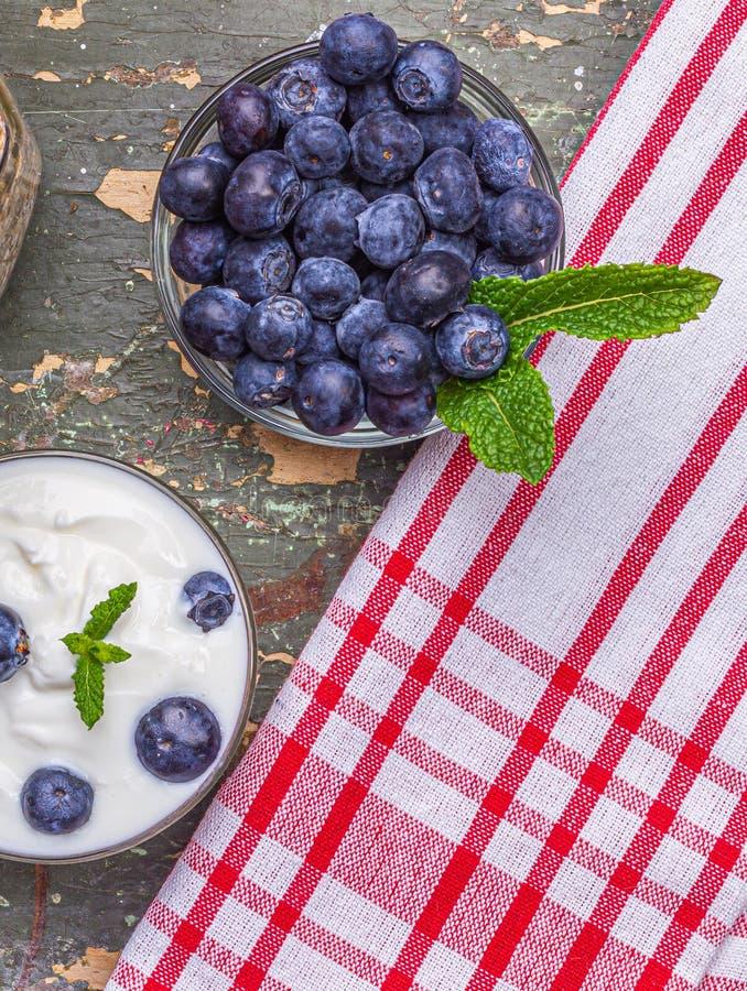 Muesli per le bacche fresche della prima colazione con yogurt fotografie stock libere da diritti