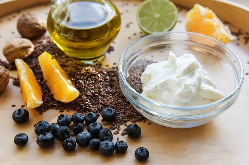 Muesli sain de petit déjeuner avec le quark ou le fromage blanc, flaxsamen image libre de droits