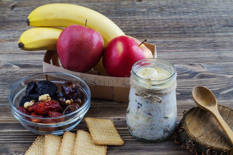 Muesli sano de la mañana del desayuno con el yogur en el tarro de cristal foto de archivo