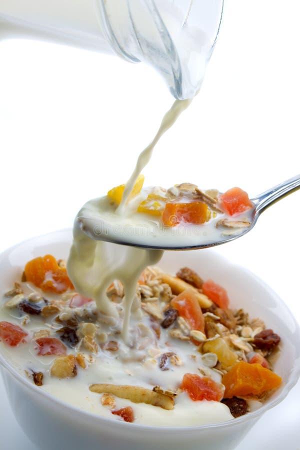 Muesli van het gedroogd fruit die met melk wordt gediend stock foto