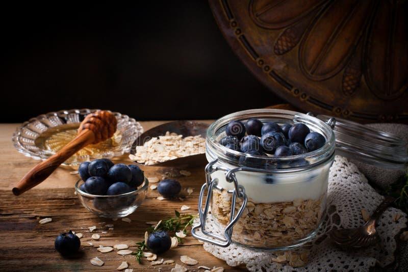 Muesli z jogurtem i błękitnymi jagodami w szklanym słoju zdjęcie stock