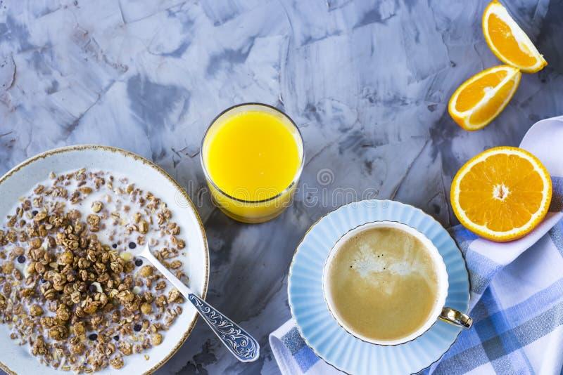 Muesli z mlekiem dla śniadania obraz royalty free