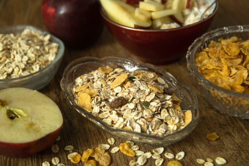 Muesli z wysuszonym - owoc, Jęczmienny płatek, świeży organicznie czerwony jabłko i kukurydzani płatki, fotografia royalty free