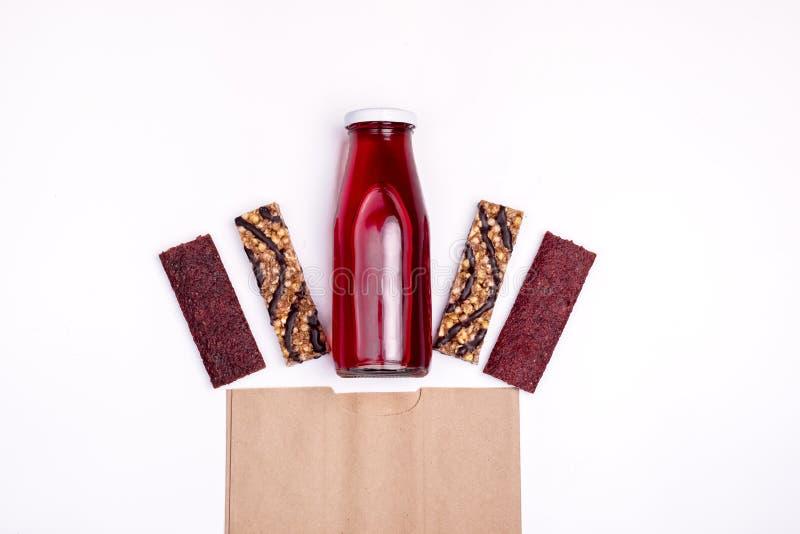 Mueslibars en Vers Berry Juice in Flessen Gezonde Lunch en van de het Achtergrond voedseltarwe van het Ontbijtdieet Bovenkant van stock foto's