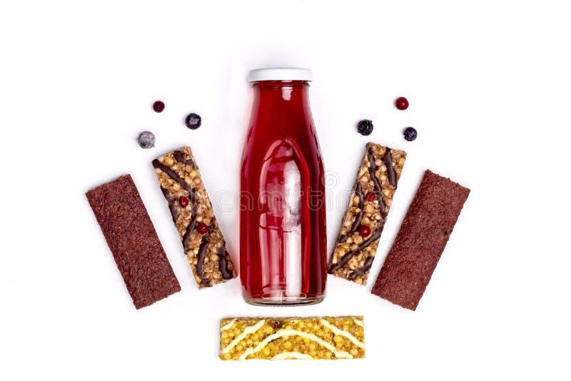 Mueslibars en Vers Berry Juice in Flessen Gezonde Lunch en van de het Achtergrond voedseltarwe van het Ontbijtdieet Bovenkant van stock fotografie
