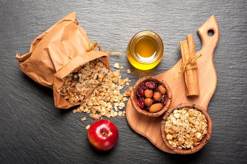 Muesligranola, honing, noten en droge bessen royalty-vrije stock fotografie