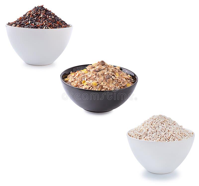 Muesliontbijt, gele mille en rode rijst op wit wordt geplaatst dat stock afbeelding