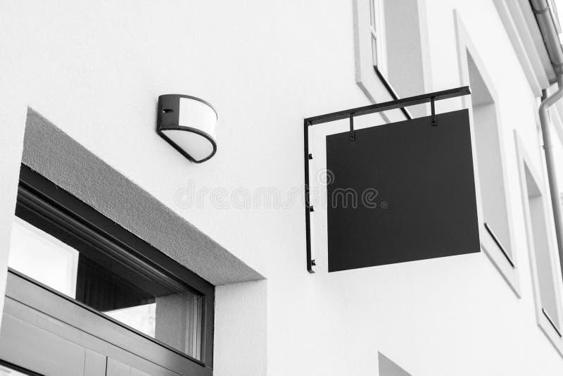 Muestra al aire libre blanco y negro en blanco del negocio imagenes de archivo