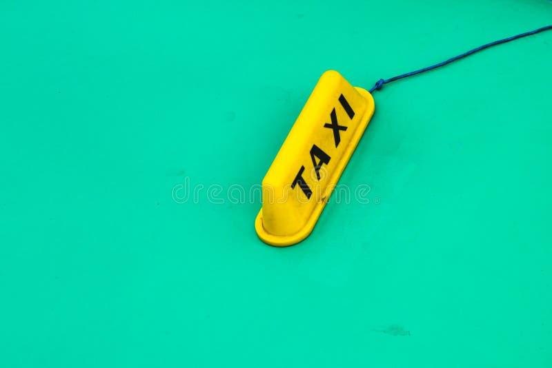 Muestra amarilla del taxi en el coche viejo de la turquesa foto de archivo