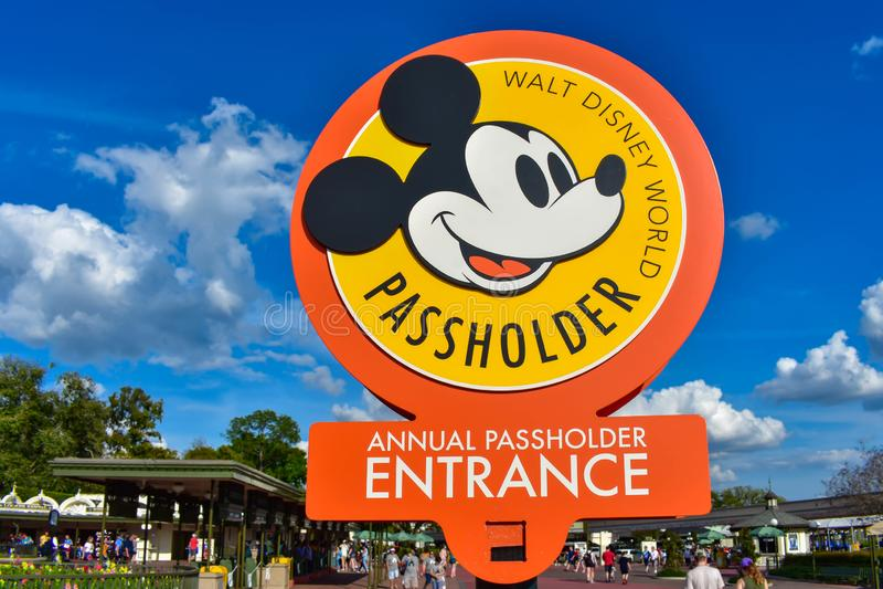 Muestra anual de Passholder en fondo azul claro del cielo en el reino mágico en Walt Disney World imagen de archivo libre de regalías