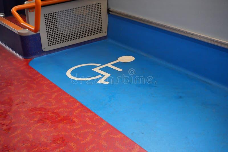 Muestra azul y blanca discapacitada en piso de un autobús del transporte público fotos de archivo libres de regalías