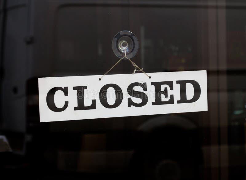Muestra cerrada en una puerta fotos de archivo