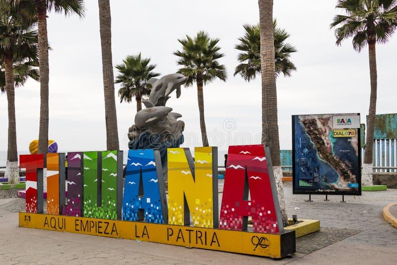 Muestra colorida gigante en Playas de Tijuana en la pared de la frontera internacional imagen de archivo