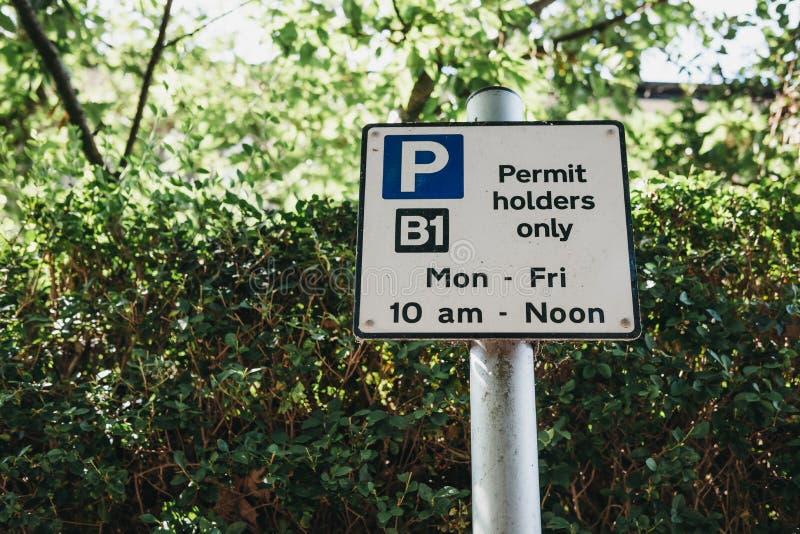 Muestra con restricciones que parquean en una calle residencial en Londres fotos de archivo