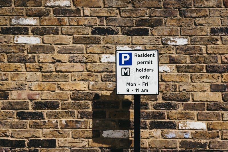 Muestra con restricciones que parquean en una calle residencial en Londres imágenes de archivo libres de regalías