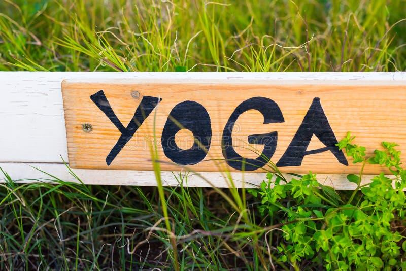 Muestra con yoga de la palabra, letrero fotos de archivo libres de regalías