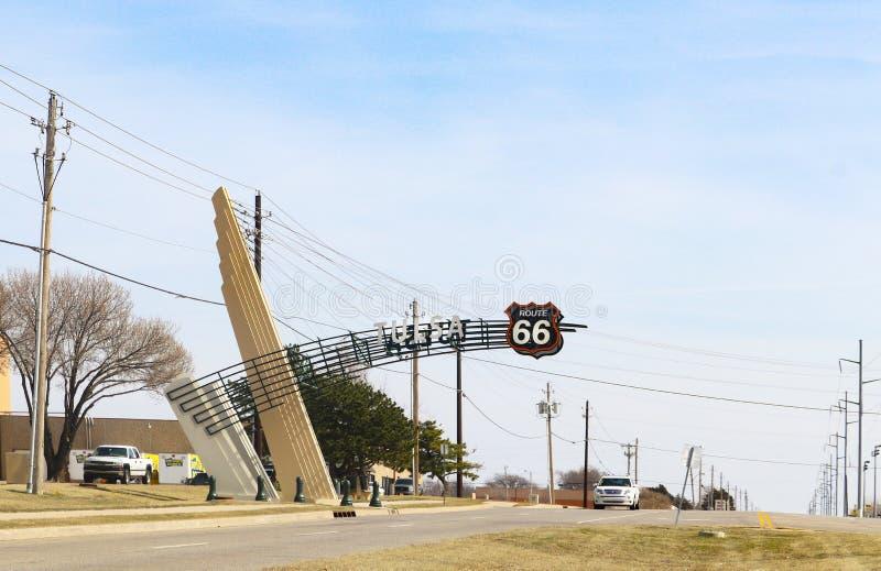 Muestra de Art Deco Route 66 que extiende sobre la carretera por el almacén del buñuelo de la luz del día que deja a ciudad al es imagen de archivo