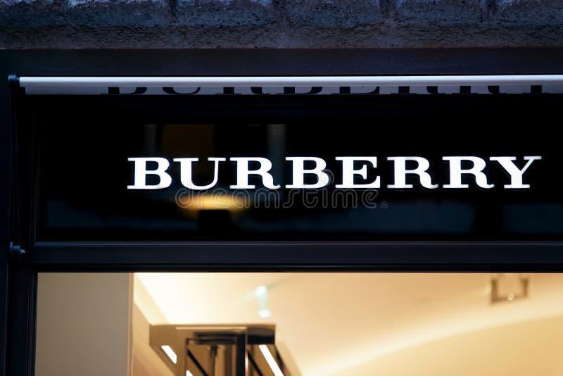 Muestra de Burberry en la ventana Roma de la tienda de la calle imagen de archivo libre de regalías