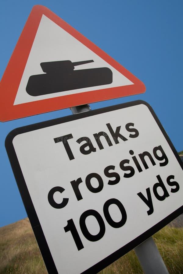 Muestra de camino BRITÁNICA - el cruzar de los tanques imagen de archivo libre de regalías