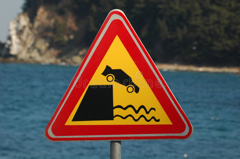 Muestra de camino - coche que cae en el agua fotos de archivo