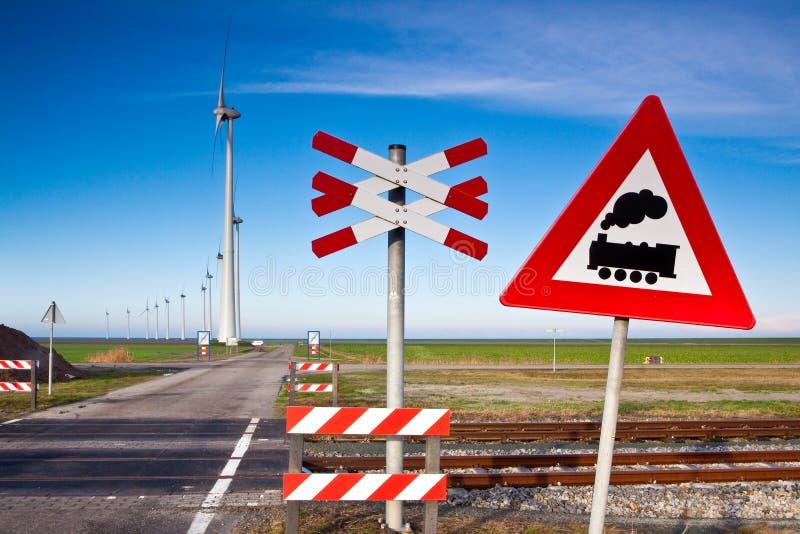 Muestra de camino de carril con los molinoes de viento imagenes de archivo