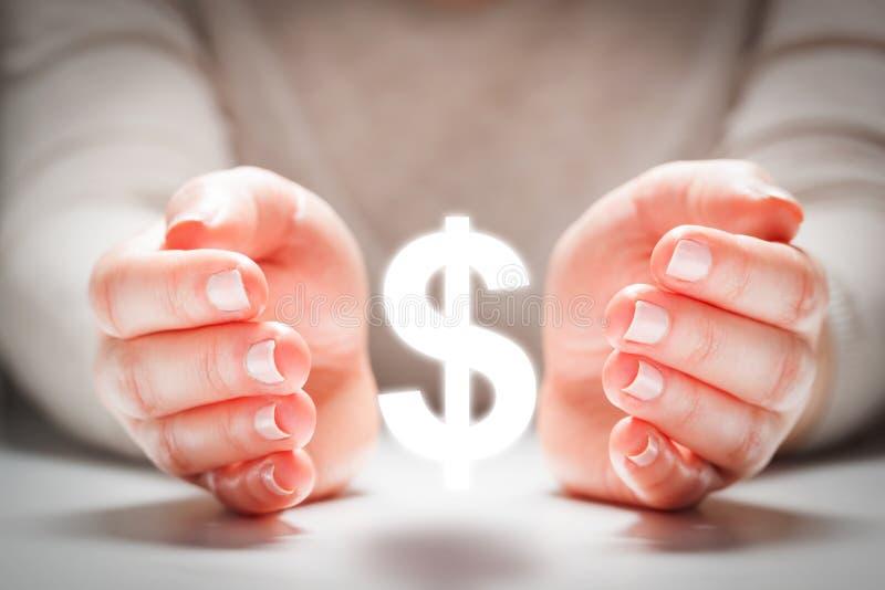 Muestra de dólar entre las manos de la mujer en el gesto de la protección Estabilidad de moneda imágenes de archivo libres de regalías