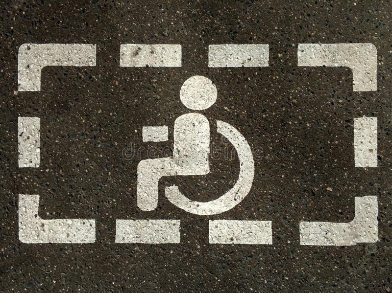 Muestra de discapacitado silla de ruedas en el asfalto, espacios de aparcamiento para los visitantes discapacitados fotos de archivo