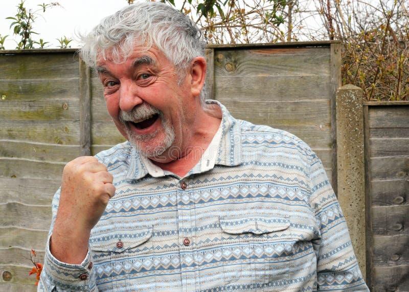 Muestra de donante feliz del éxito del hombre mayor. fotografía de archivo