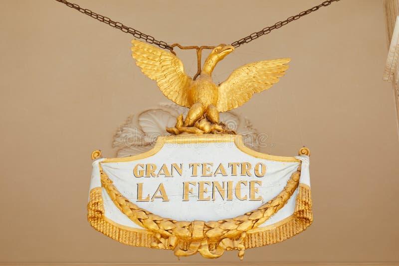 Muestra de Fenice del La del teatro con Phoenix de oro en Venecia, Italia foto de archivo