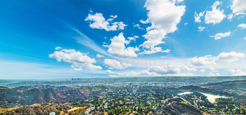 Muestra de Hollywood con Los Ángeles en el fondo imagenes de archivo