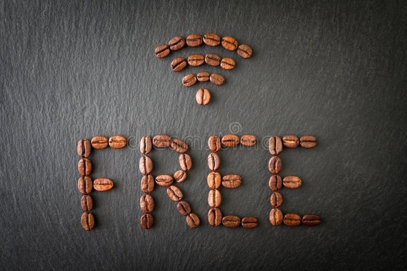 Muestra de Internet libre del WI-FI hecho con los granos de café en un fondo oscuro fotos de archivo