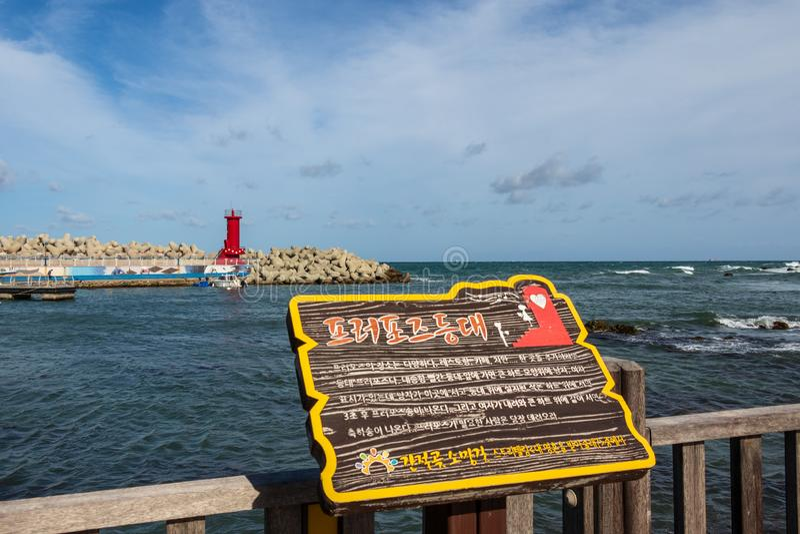 Muestra de la bahía con el faro del cabo Ganjeolgot y el rompeolas en fondo Punto Easternmost de la península en Ulsan, Corea del imagen de archivo libre de regalías