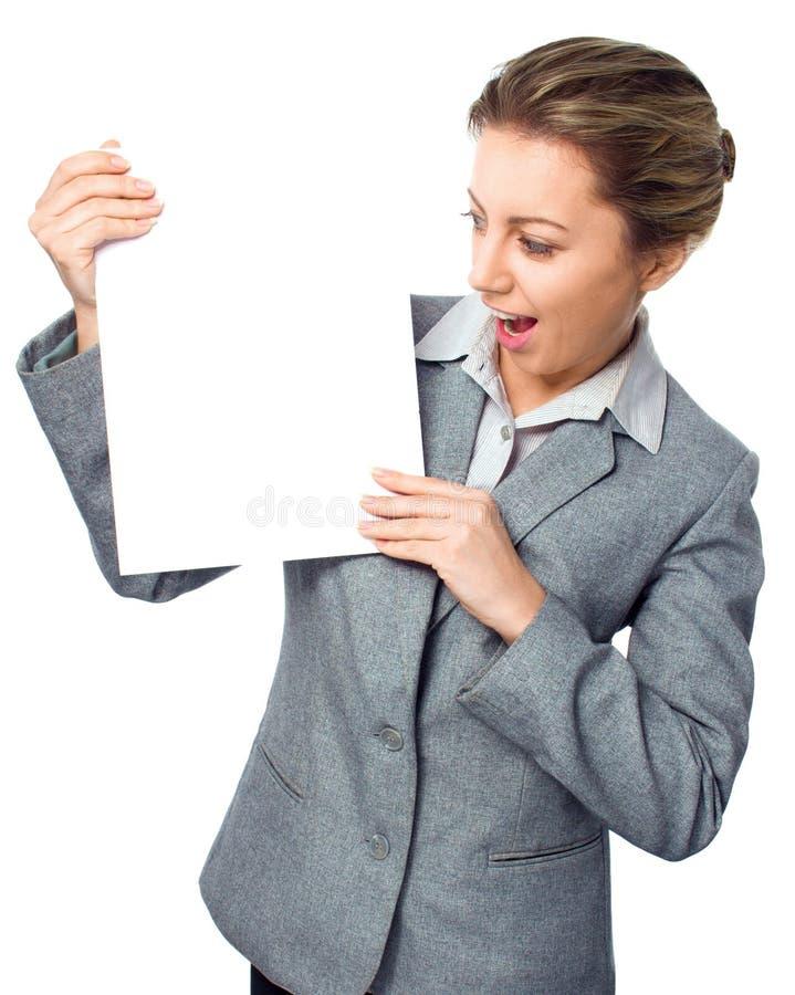 Muestra de la bandera de la publicidad - la mujer excitó la mirada en tablero en blanco vacío de la muestra del papel de la carte fotos de archivo