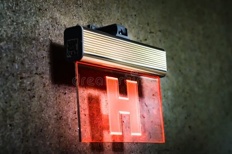 Muestra de la boca de incendios con las luces rojas que brillan intensamente sobre el vidrio que cuelga en la pared de mármol fil fotos de archivo