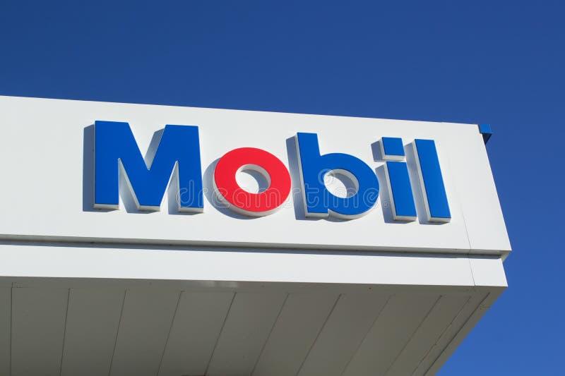 Muestra de la gasolinera de Mobil foto de archivo