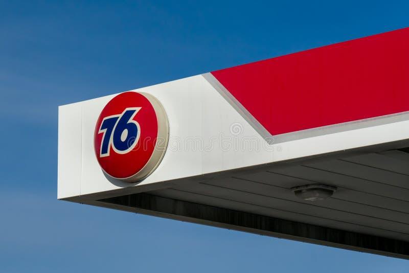 Muestra de la gasolinera de la unión 76 imagen de archivo