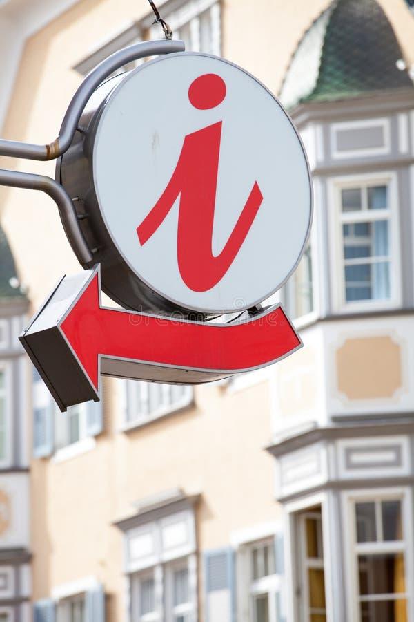 Muestra de la información turística con la flecha foto de archivo
