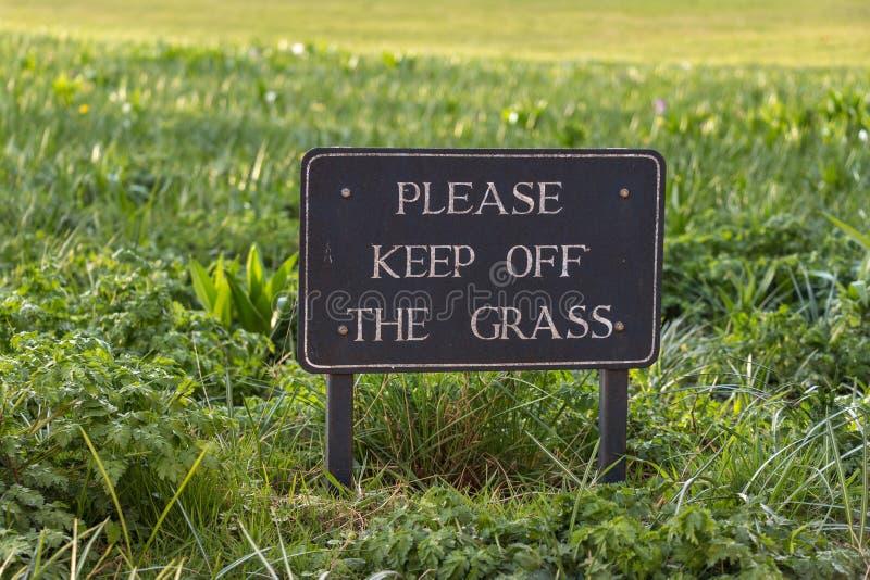 Muestra de la precaución del vintage: Evite por favor la hierba foto de archivo libre de regalías