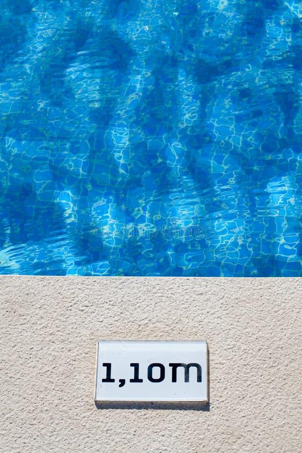 Muestra de la profundidad de la piscina imagenes de archivo