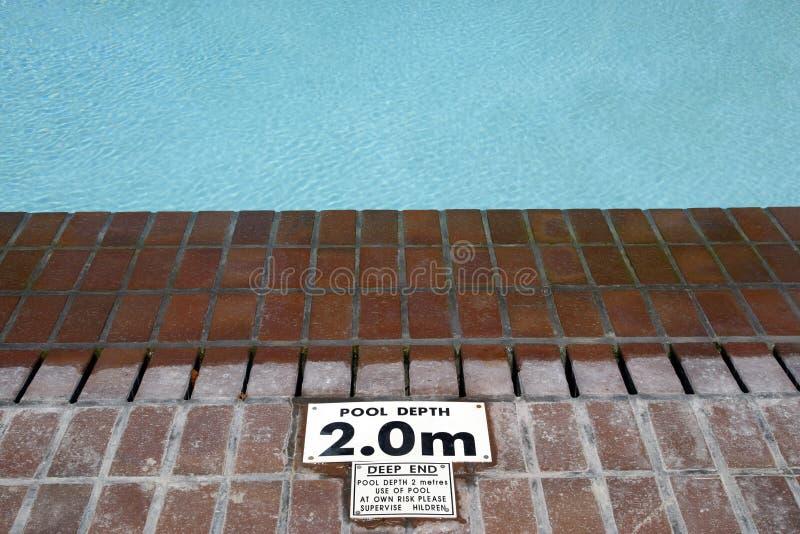 Muestra de la profundidad de la piscina imagen de archivo libre de regalías