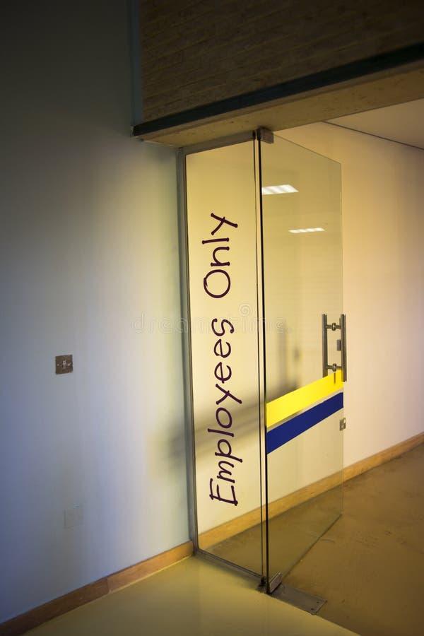 Muestra de la puerta de los empleados solamente foto de archivo
