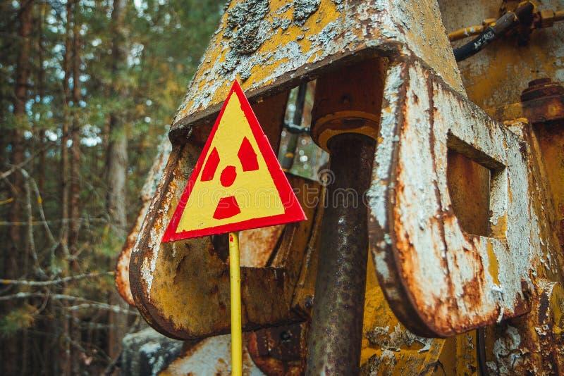 Muestra de la radiación - muestra amarilla amonestadora triangular del peligro de radiación en la zona del polvillo radiactivo ra imagen de archivo libre de regalías