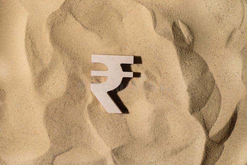 Muestra de la rupia en la arena fotografía de archivo libre de regalías