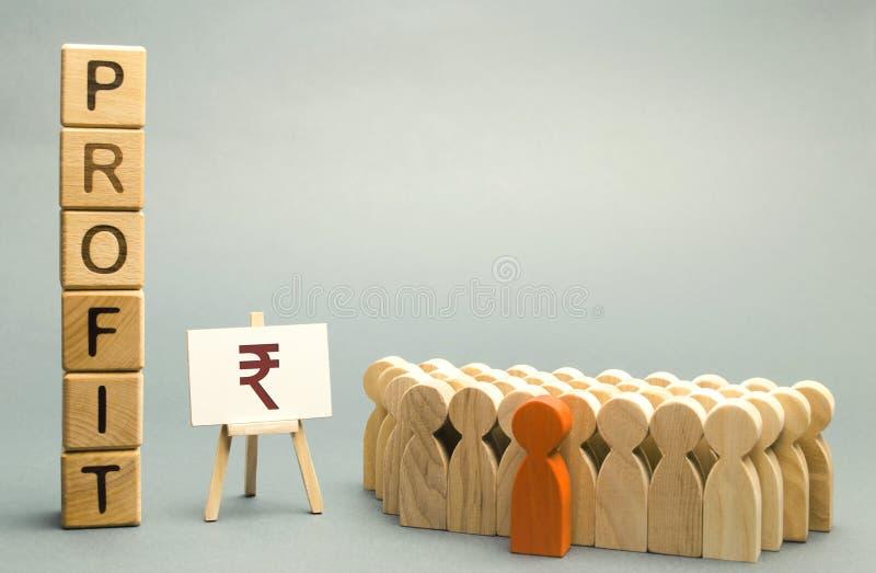 Muestra de la rupia india con el beneficio de la palabra cerca del equipo An?lisis de concepto de beneficios y renta en la compa? foto de archivo