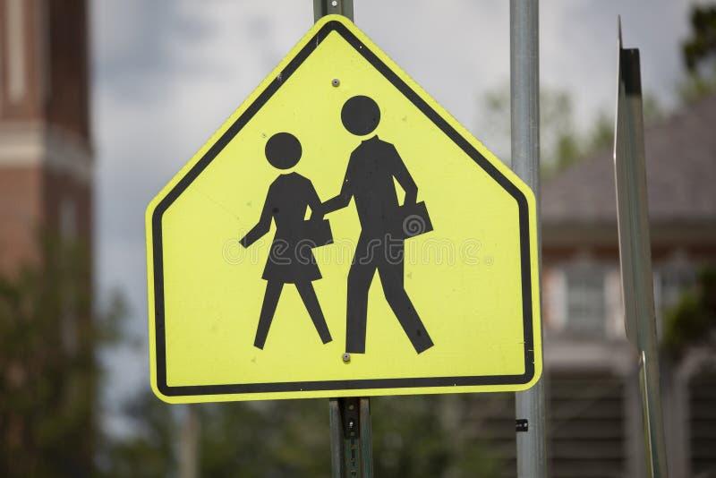 Muestra de la zona y del paso de peatones de la escuela fotos de archivo